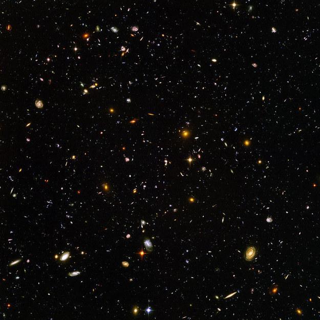 Vamos a pensar en grande. En sólo esta imagen tomada por el telescopio Hubble, hay miles y miles de galaxias, cada una con millones de estrellas, cada uno con sus propios planetas.